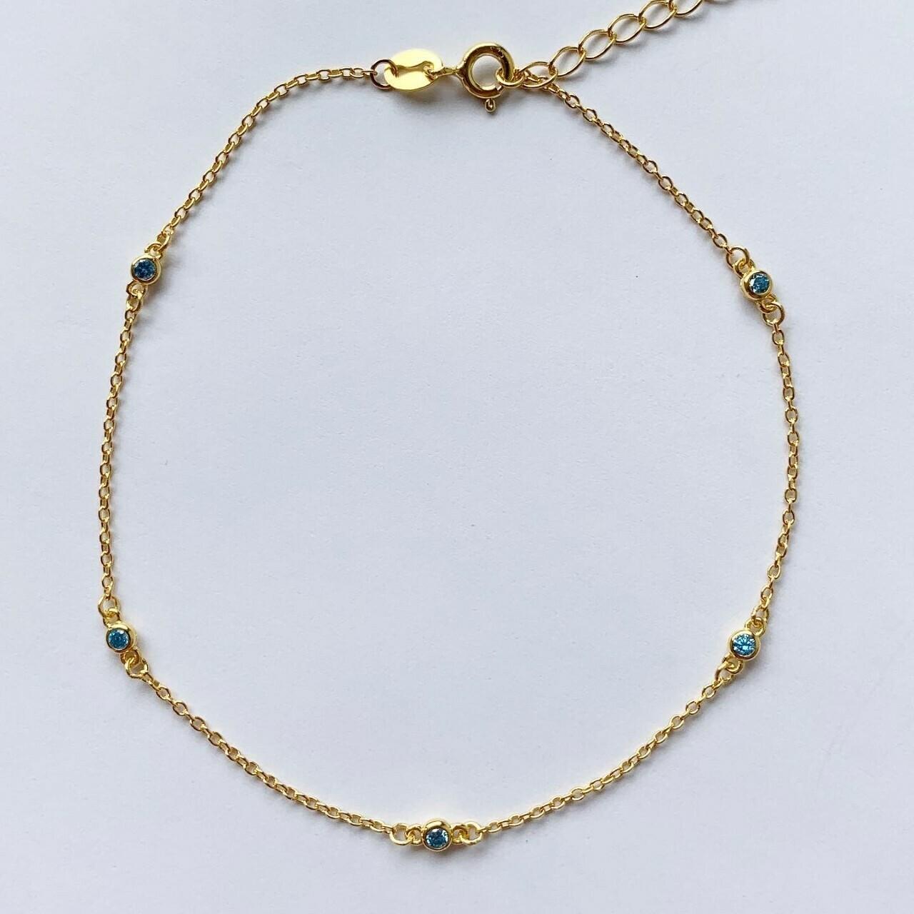Enkelbandje met licht blauw tiny strass steentjes gold plated