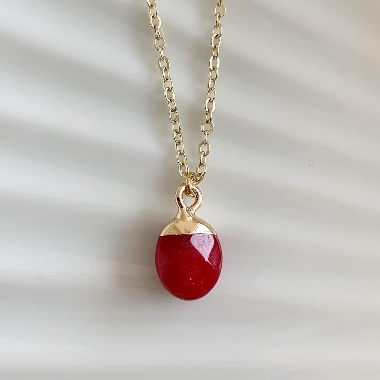 Ronde natuursteen ketting rood/goud