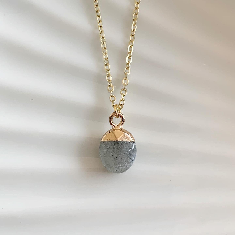 Ronde natuursteen ketting grijs/goud