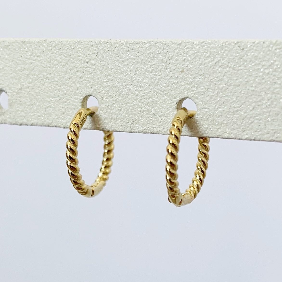 Twisted oorringetjes gold plated 8 MM