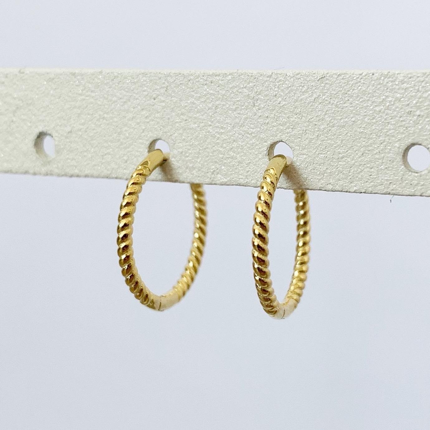 Twisted oorringetjes gold plated 13 MM