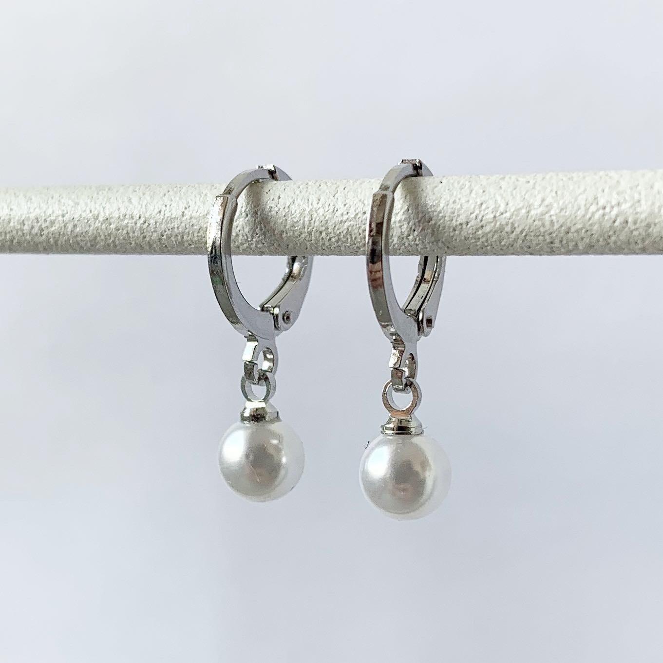 Tiny parelmoer oorbellen zilver