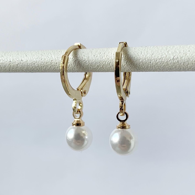 Tiny parelmoer oorbellen goud