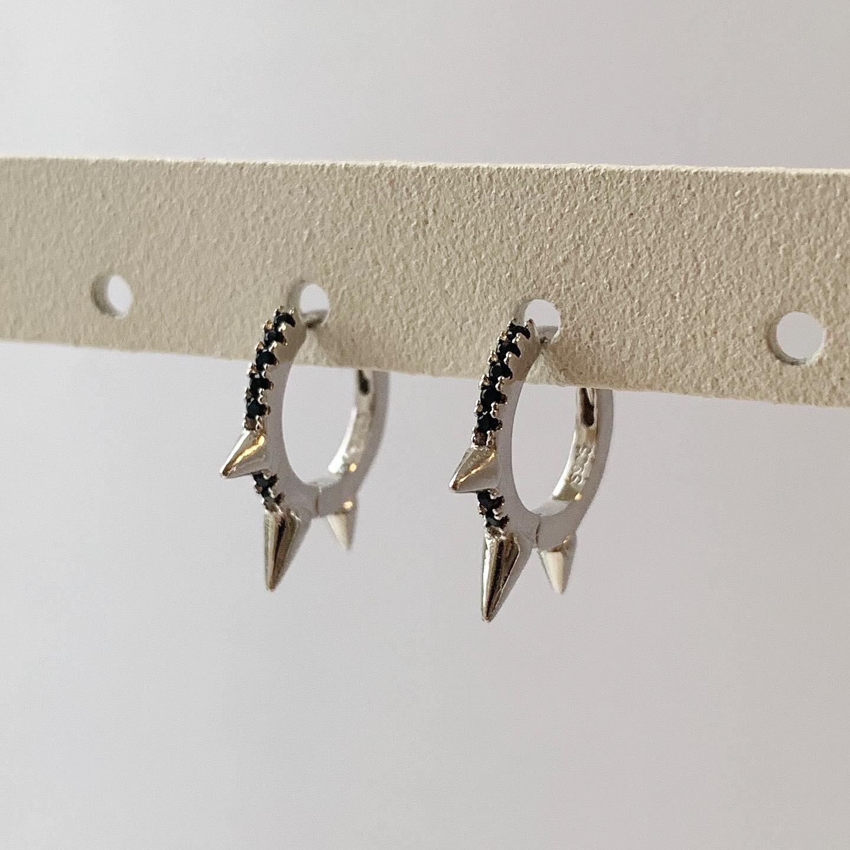 Zwarte spikes oorringetjes 925 sterling zilver