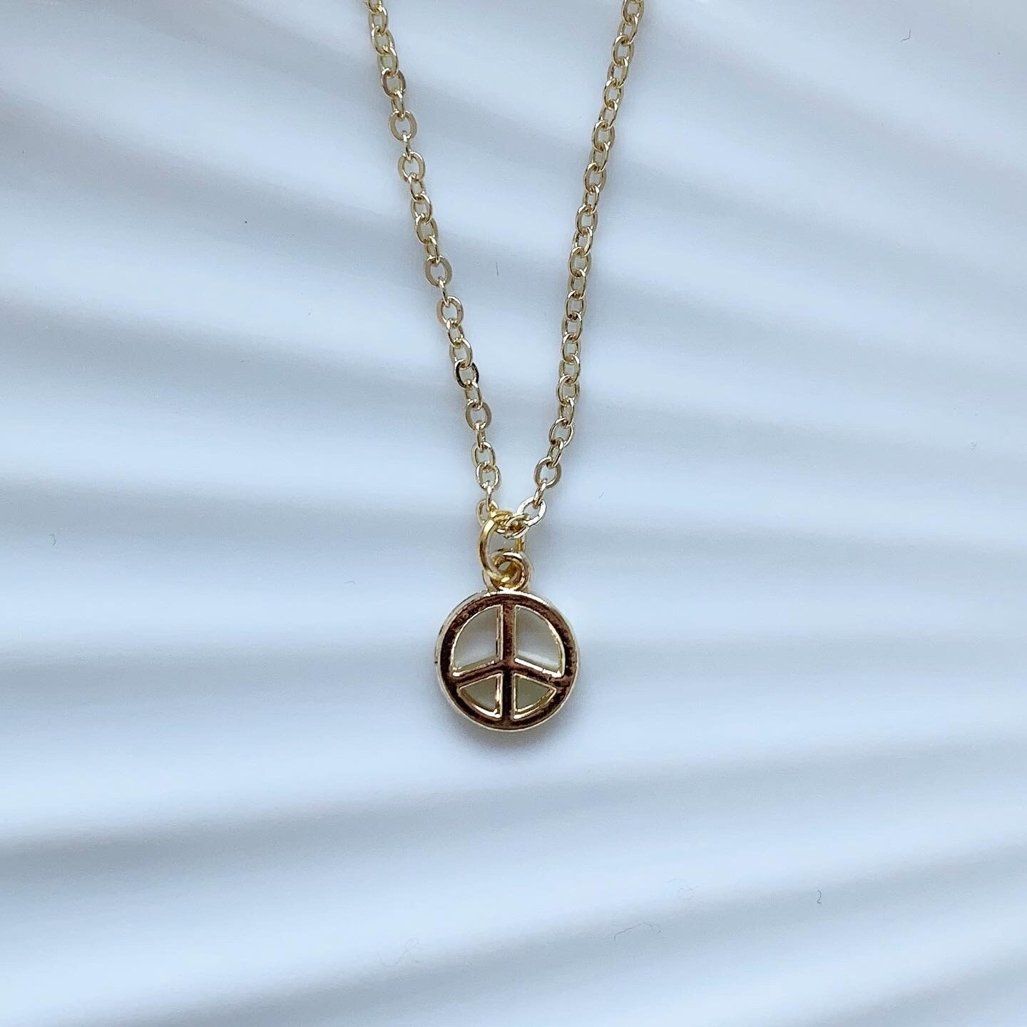 Mini peace ketting goud