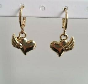 Vleugels op een hartje oorbellen goud