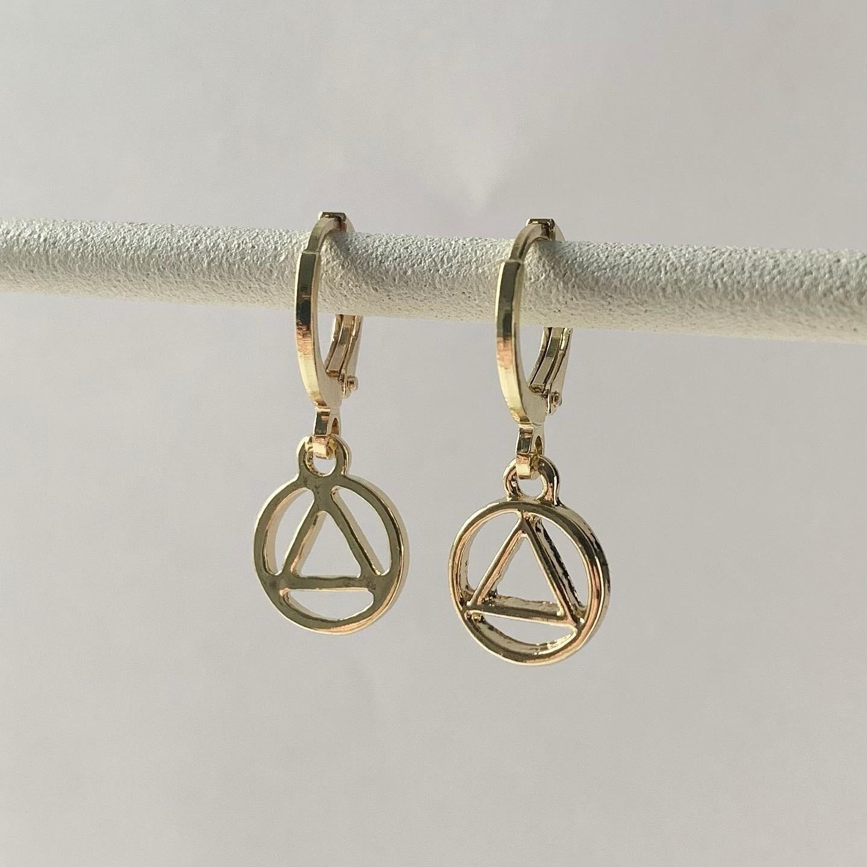 Driehoek in een circel oorbellen goud