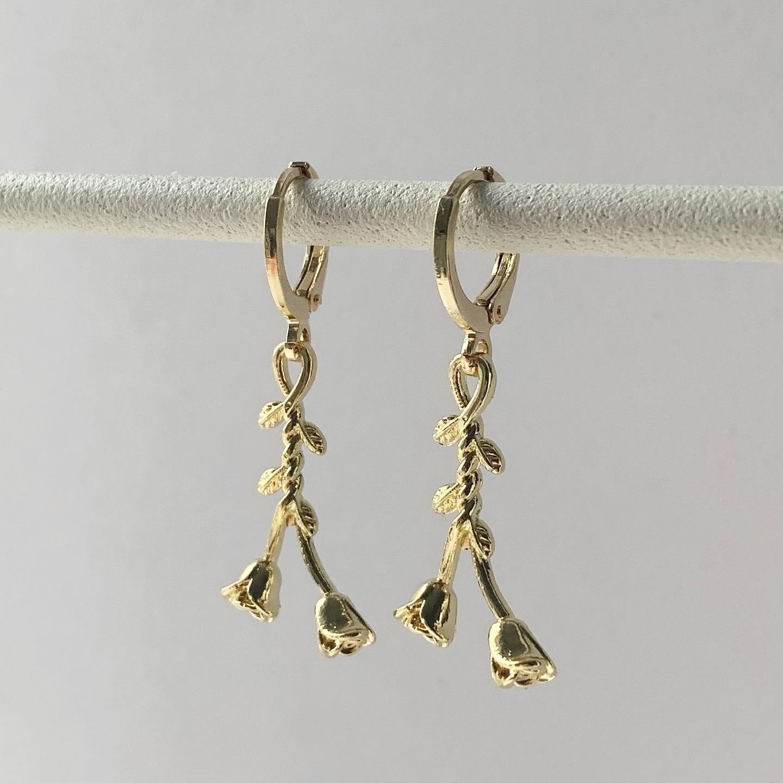 Hangend roosje oorbellen goud