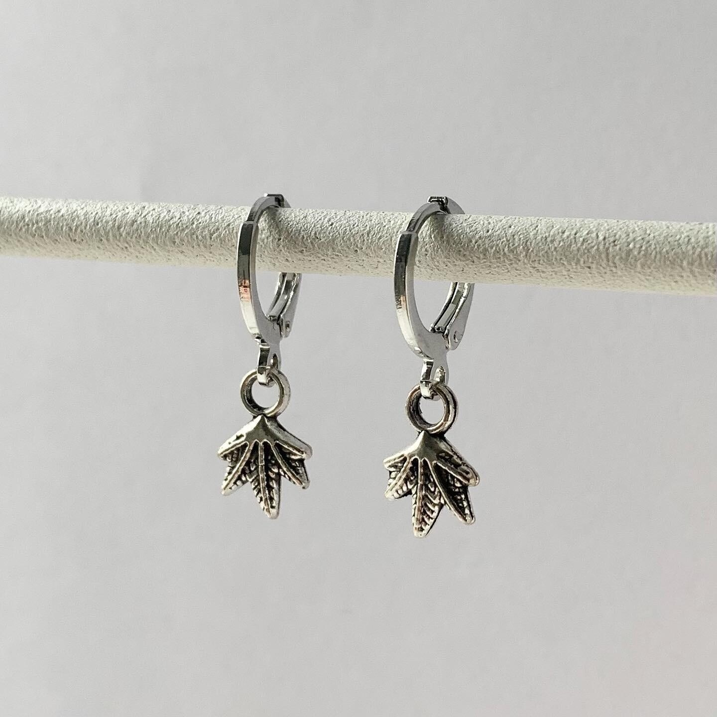 Tiny maple leaf oorbellen zilver