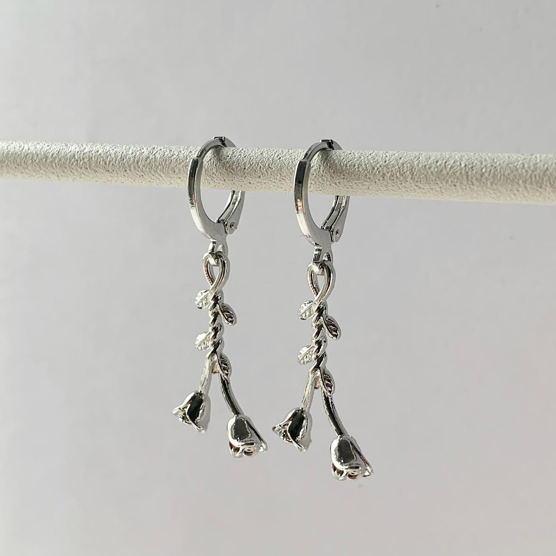 Hangend roosje oorbellen zilver