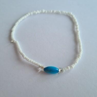 Witte kralen met blauwe kraal enkelbandje
