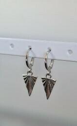 Triangle met lines oorbellen zilver