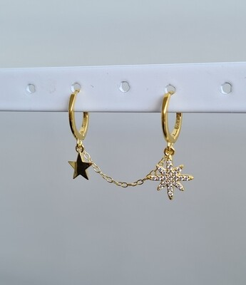 Dubbele sterren oorbellen met kettinkje. Goud/925 sterling zilver. Per stuk.