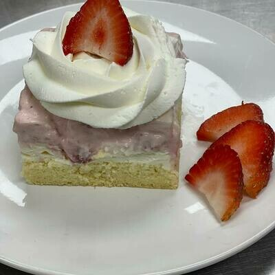 White Chocolate with strawberries cake