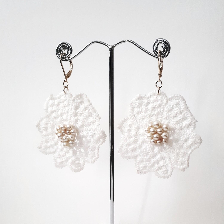 Oorbellen met bloem in Guipure kant en gepareld center