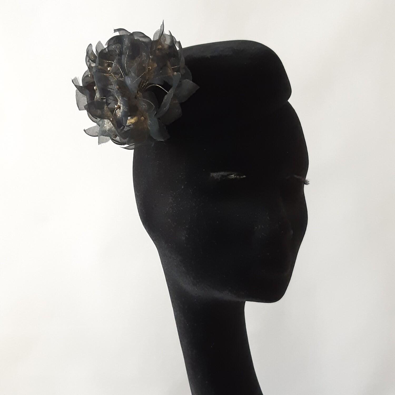 Fascinator in zwarte fluwelen haarvilt en hortensia