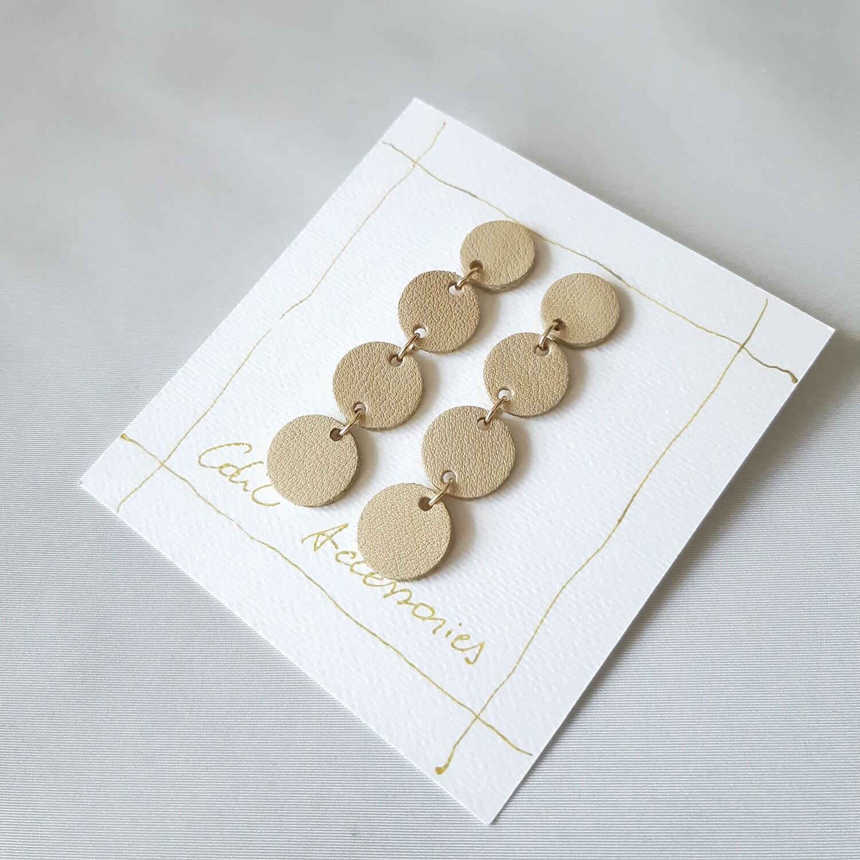 Oorbellen met een gouden randje -  ecru kleurig leder