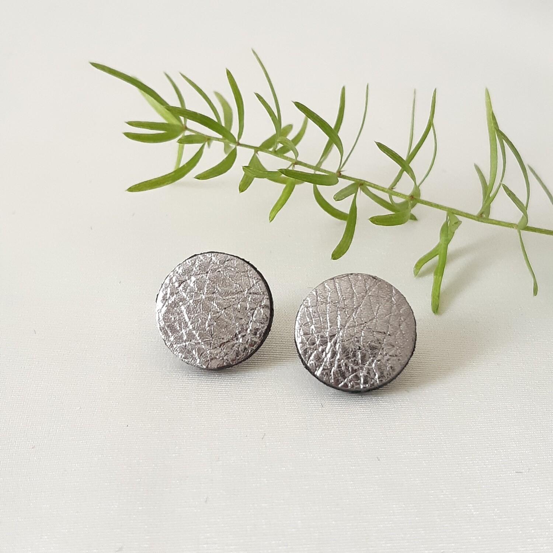 Oorbellen in zilver lakleder met een zwart randje - diam: 1,7cm