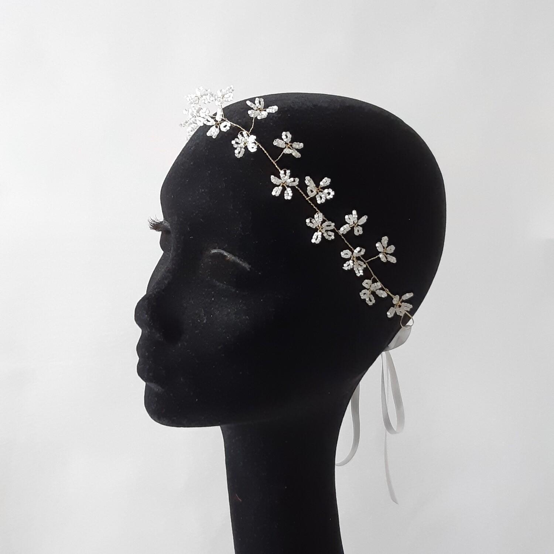 Bruidskroon met kleine geparelde bloemetjes en gouddraad