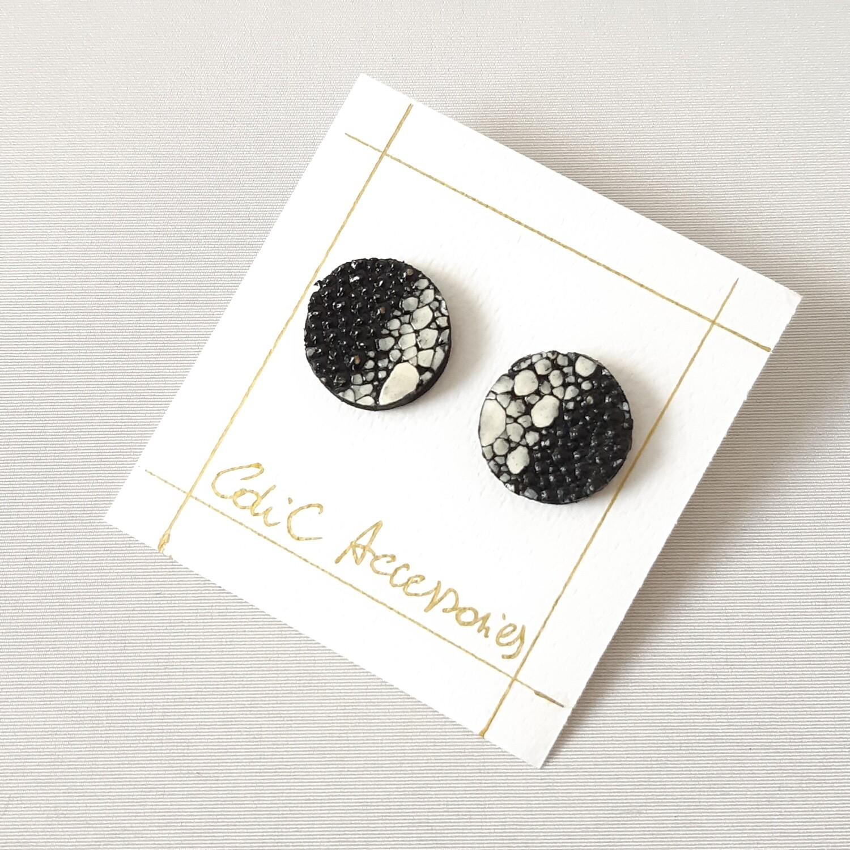 Oorbellen in rog - rond - 1/2 zwart  & wit - diam: 2cm
