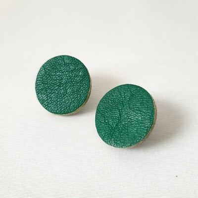 Oorbellen met een gouden randje - groen leder