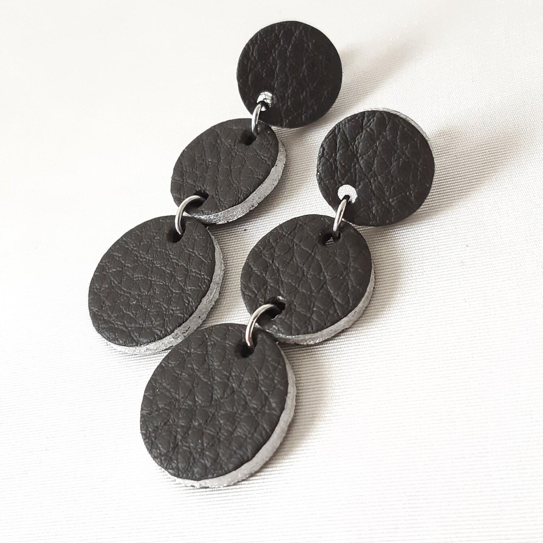 Oorbellen in donker bruin leder met een zilveren randje - 3 bolletjes