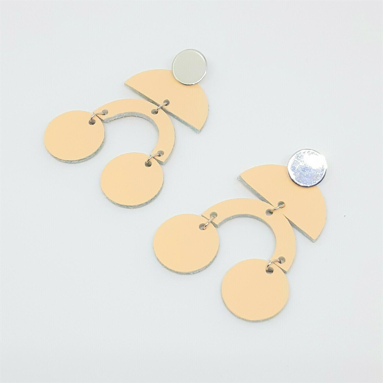 Statement oorbellen in nude leder met boogjes en bolletjes - zilver