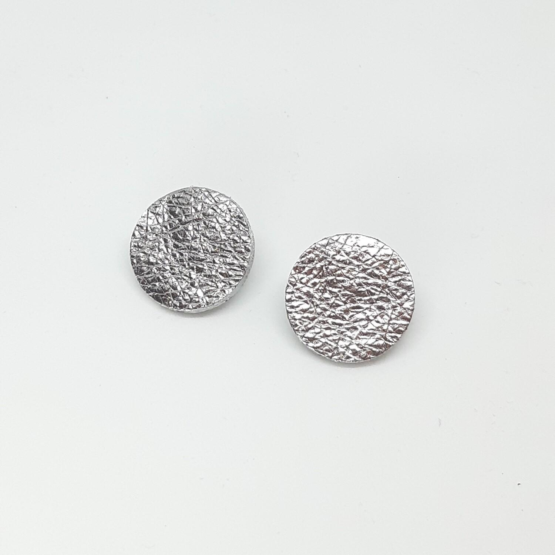 Oorbellen in zilver lakleder met een zilveren randje - diam: 2,4 cm