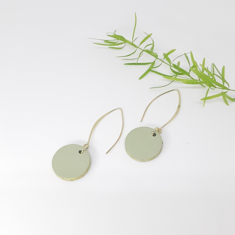 Oorbellen in munt groen leder met een gouden randje - diam: 2,4 cm