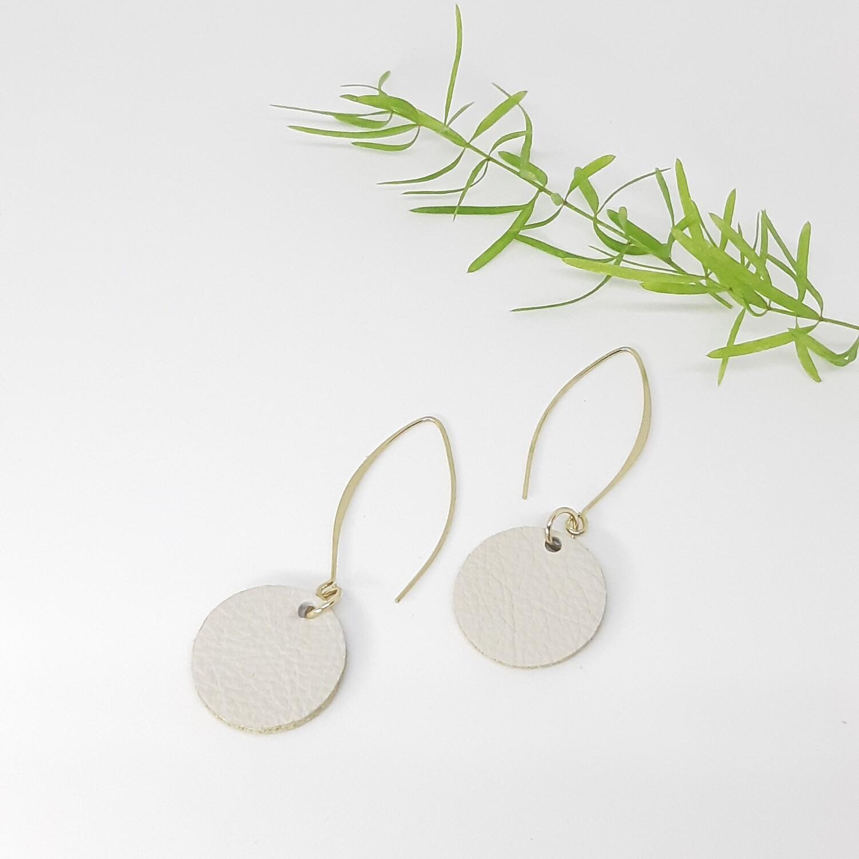 Oorbellen met een gouden randje - rauw wit - diam: 2,4 cm