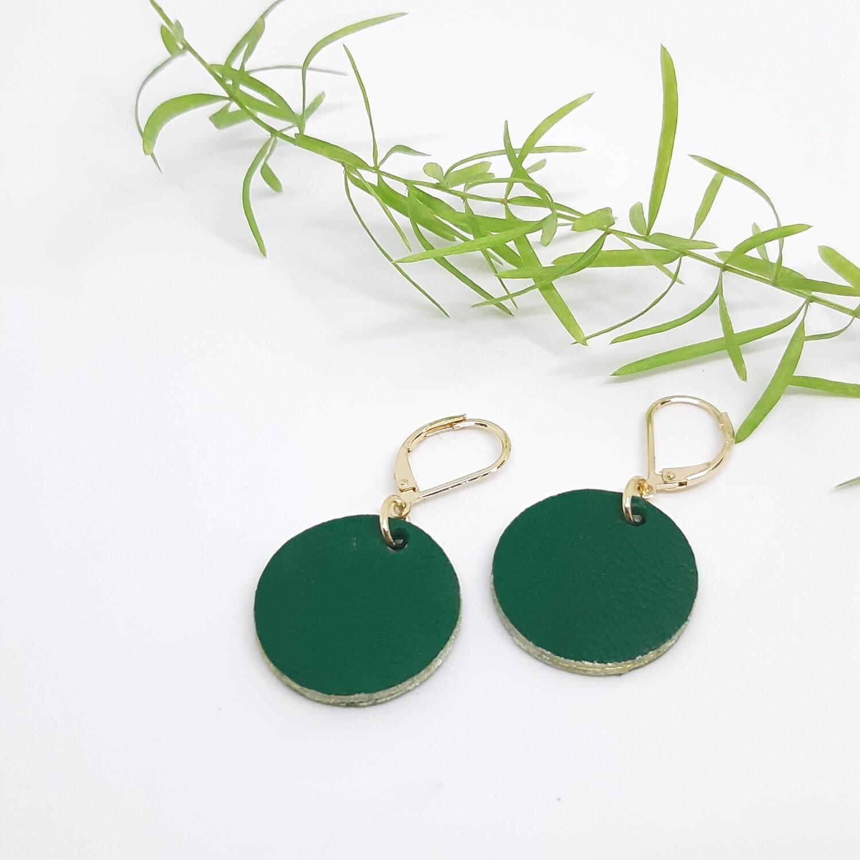 Oorbellen met een gouden randje aan gesloten haak  - groen - diam: 2,2 cm