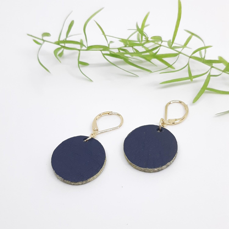 Oorbellen in marine blauw leder met een gouden randje aan gesloten haak - diam: 2,2 cm