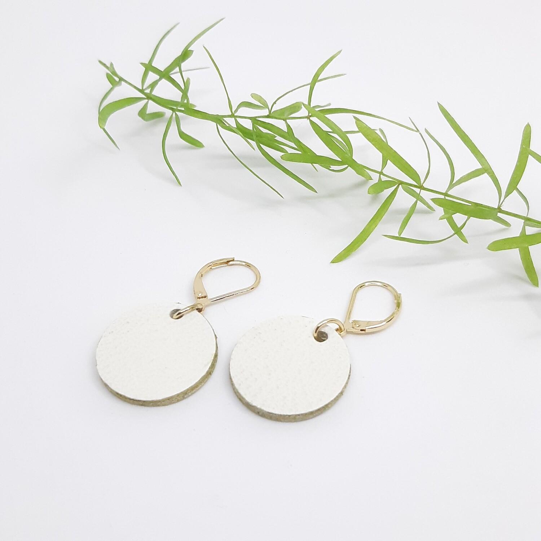 Oorbellen in wit leder met een gouden randje aan gesloten haak - diam: 2,2 cm