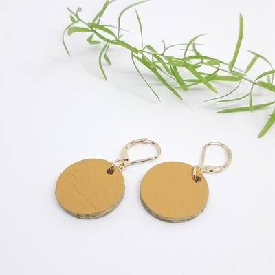 Oorbellen met een gouden randje aan gesloten haak  - mosterd beige - diam: 2,2 cm