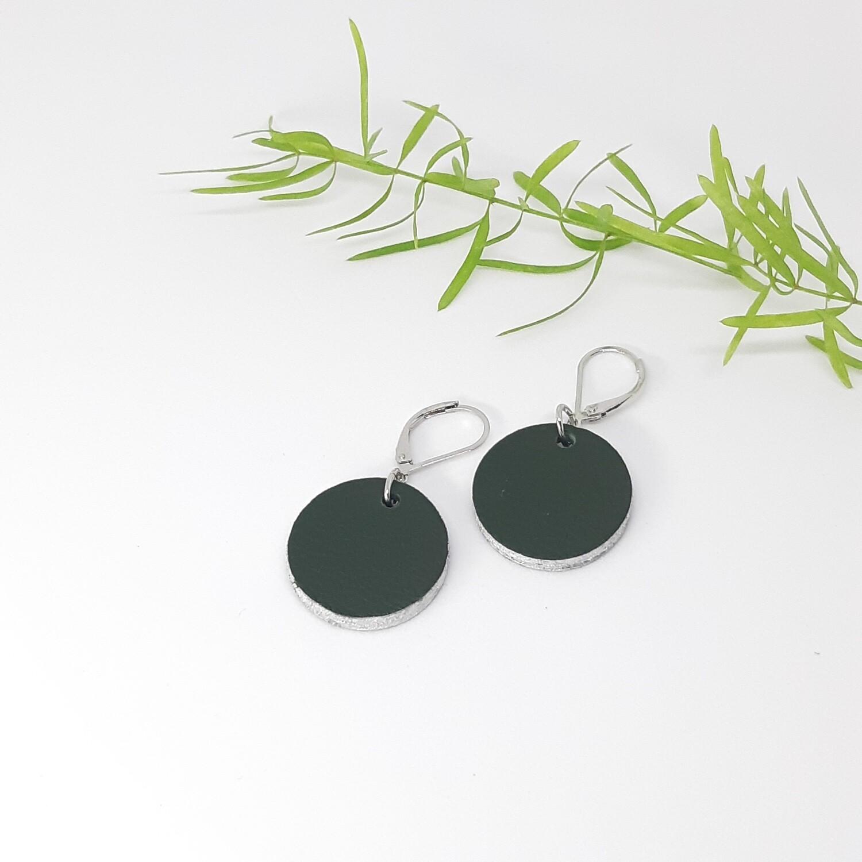 Oorbellen in donker groen leder met een zilveren randje aan gesloten haak - diam: 2,2 cm