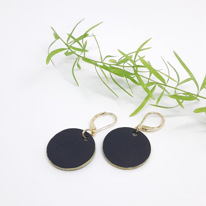 Oorbellen in zwart leder met een gouden randje aan gesloten haak - diam: 2,2 cm