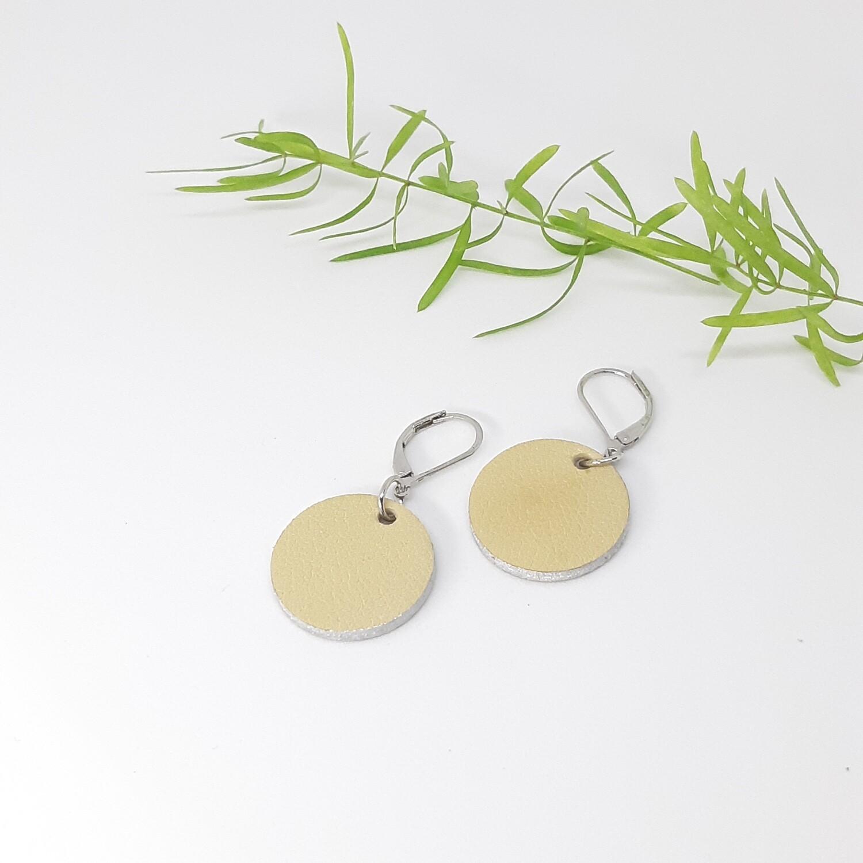 Oorbellen met een zilveren randje aan gesloten haak  - ecru - diam: 2,2 cm