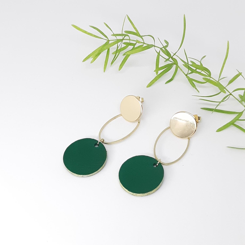 Oorbellen in donker groen leder met gouden randje en gouden ornament - diam: 2,2 cm