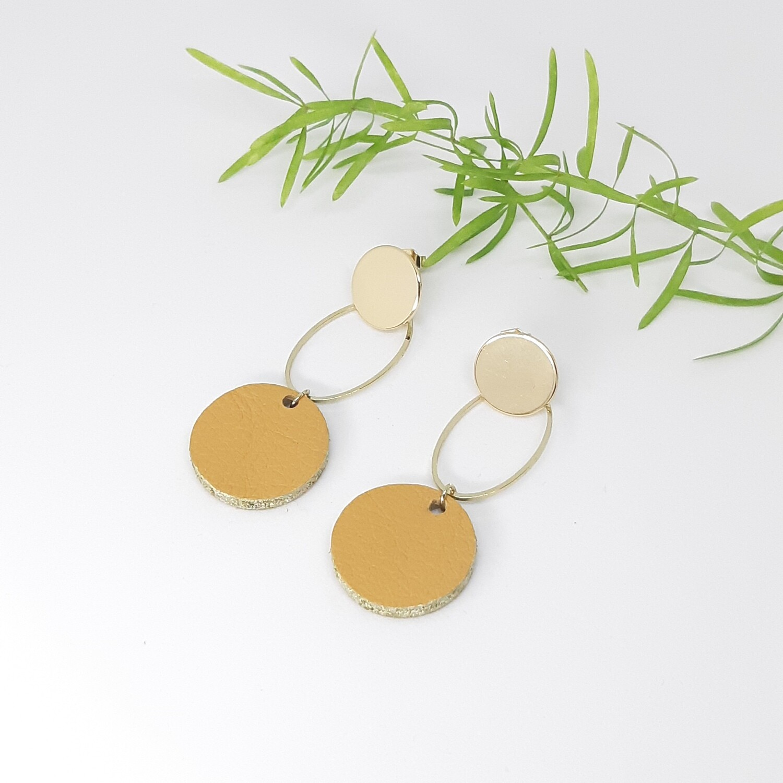 Oorbellen in mosterd beige leder met gouden randje en gouden ornament - diam: 2,2 cm