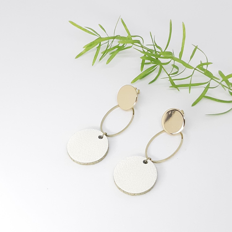 Oorbellen gouden rodium stekers en ovaal met een gouden randje - wit - diam: 2,2 cm