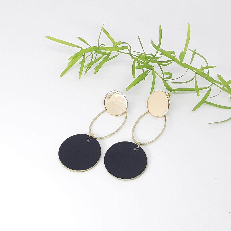Oorbellen in zwart leder met gouden randje en gouden ornament - diam: 2,2 cm