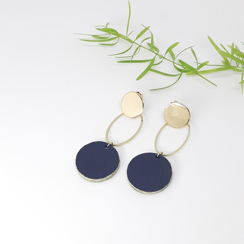 Oorbellen gouden rodium stekers en ovaal met een gouden randje - marine blauw - diam: 2,2 cm