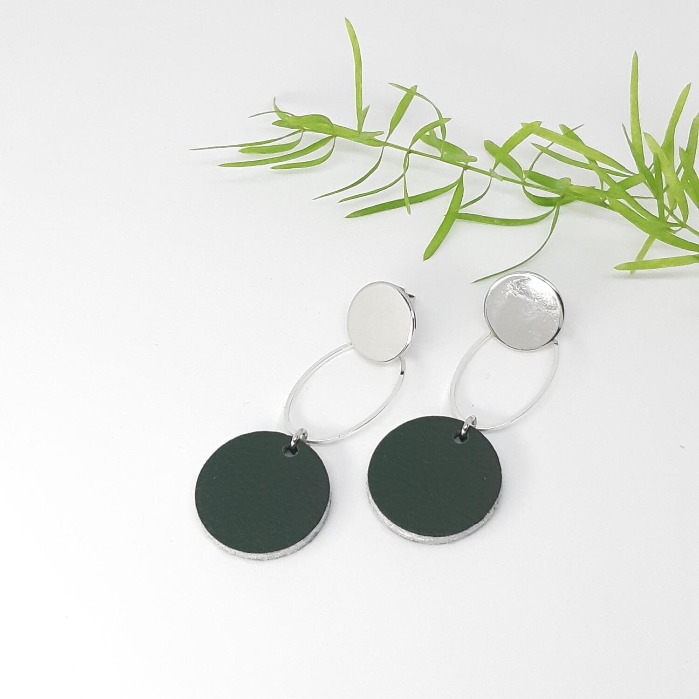 Oorbellen in donker groen leder met zilveren randje en zilveren ornament - diam: 2,2 cm