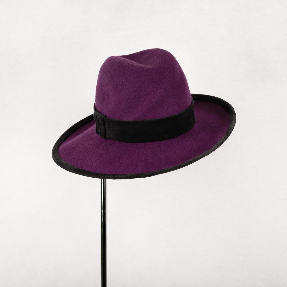 hoed model Marianne - wolvilt paars en zwart suede leder mt 57