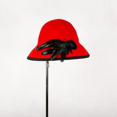 Hoed model Cori - wolvilt rood met zwarte veren - mt 55