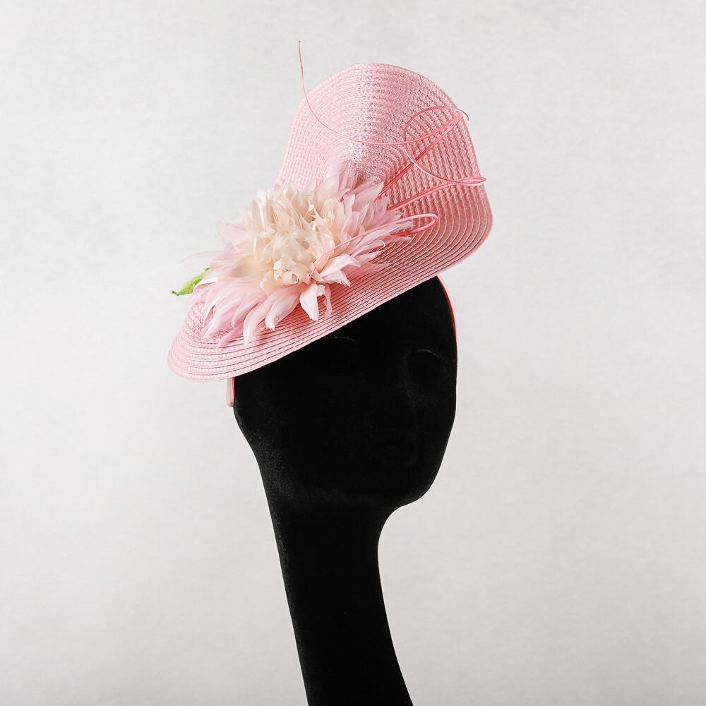 Roze fascinator op diadeem met zacht roze chrysant en pennen