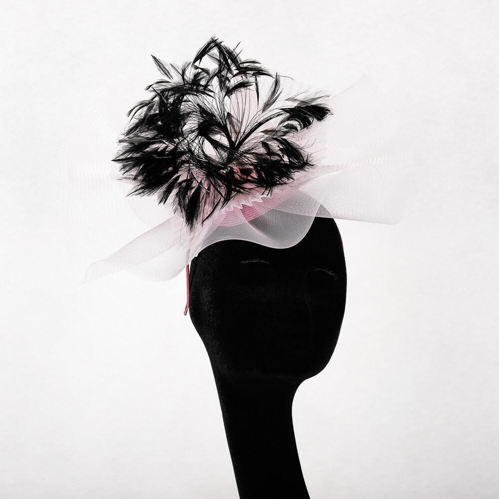 Roze fascinator in crine met zwarte sierpluim