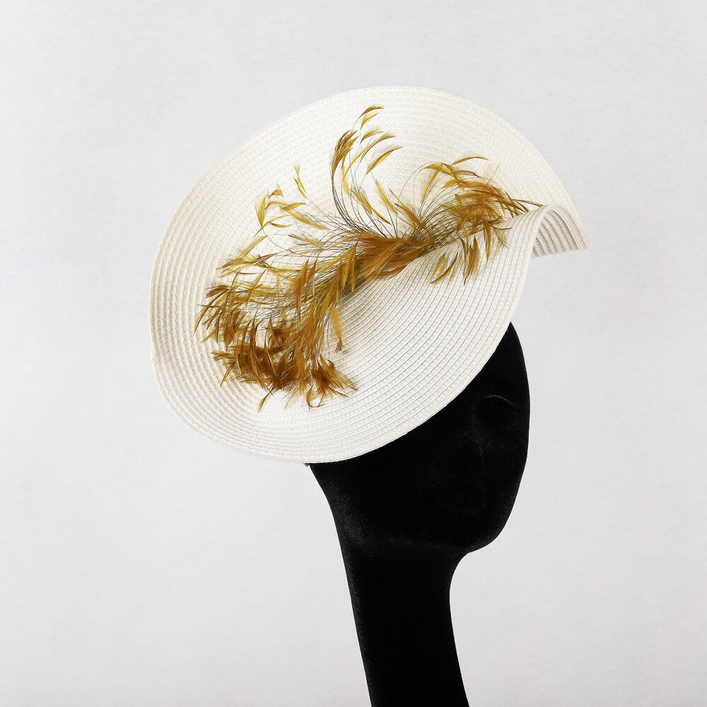 Witte fascinator op diadeem met gouden sierpluim