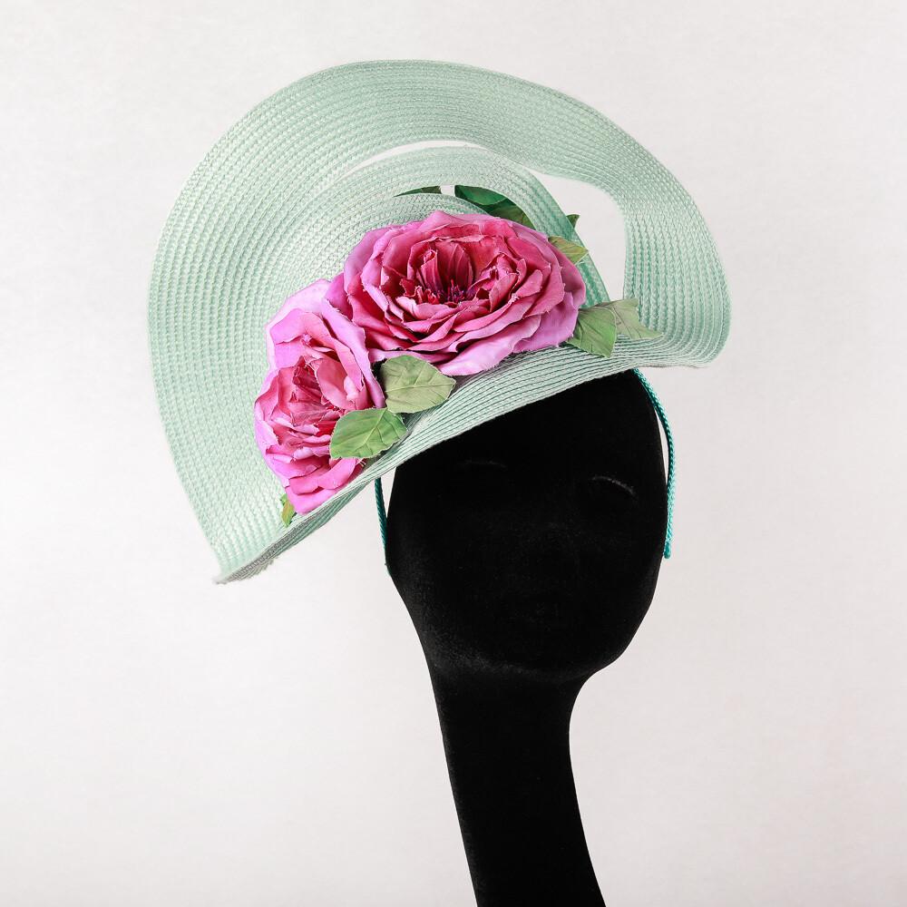 Munt groene fascinator op diadeem met 3 grote diep roze rozen