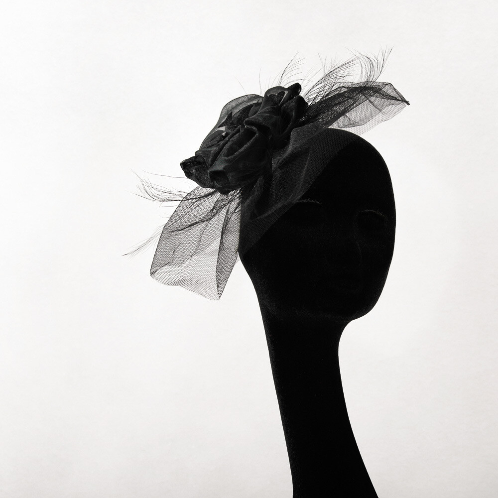 Plateau - diadeem met zwarte tulle, veren en pompom bloem